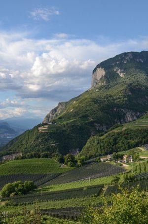 Tal mit Berg und Häusern